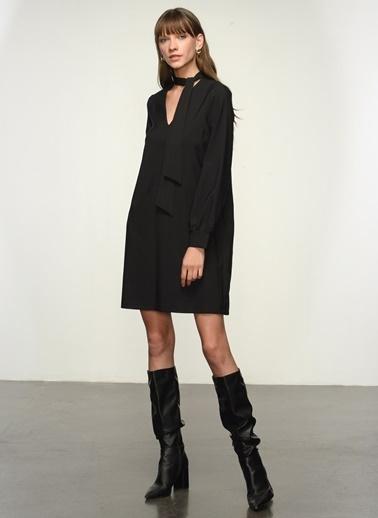NGSTYLE Ngkaw20El0064 Yaka Fular Detaylı Elbise Siyah